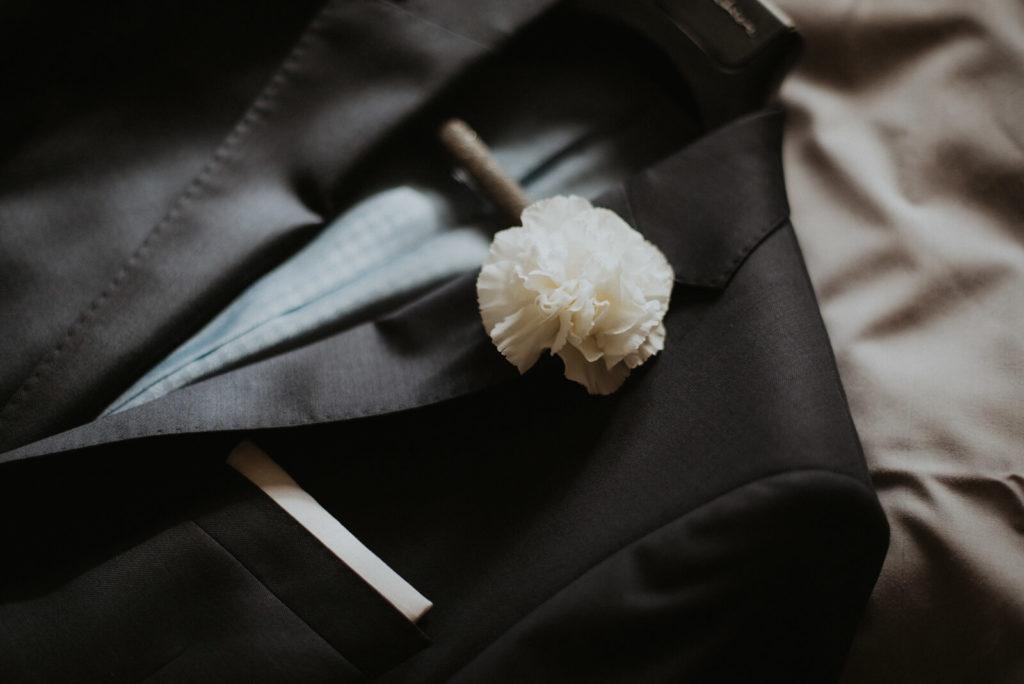 Fotograf ślubny, styl boho, ślub rustykalny. Reportaż ślubny z przygotowań do ślubu, ślubu i wesela. Zdjęcia detali, obrączek. Zdjęcia z domu pary młodej, reportaż rodzinny z błogosławieństwa, ślub kościelny. Suknia ślubna panny młodej, kolczyki, buty, detale, garnitur, musza, spinki do mankietów
