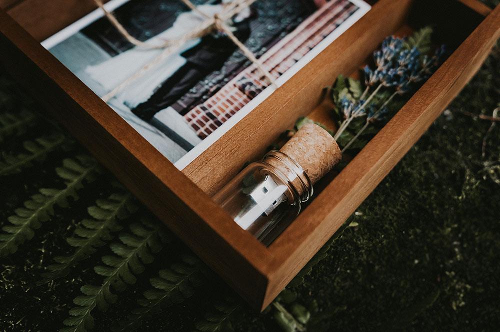 dodatki do pakietu zdjęć ślubnych, styl rustykalny boho, surowe drewno, drewniane pudełko na odbitki i pendrive, odbitki na profesjonalnym papierze , eko, album ślubny, fotoksiążka w płóciennej oprawie, płócienna oprawa, fotograf ślubny, fotografia ślubna, ślub w stodole, wesele rustykalne, ślub w 2019, ślubne inspiracje